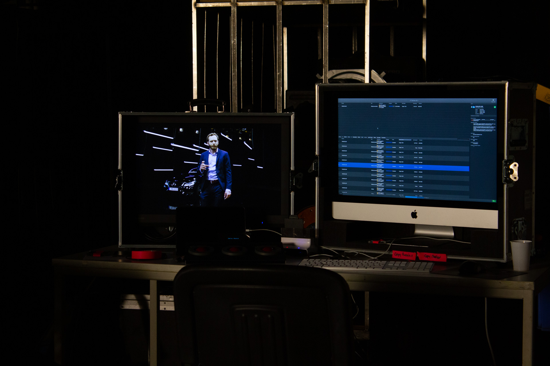 Preview monitors displaying the scene